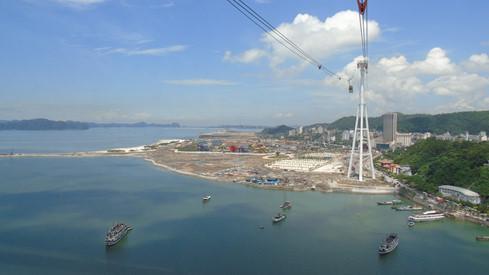Trải nghiệm với tuyến cáp treo Nữ hoàng, du khách thỏa sức ngắm nhìn quang cảnh vịnh Hạ Long từ trên cao trong vòng 15 phút. Ảnh Thanh Niên