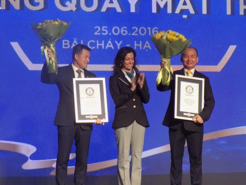 Đại diện Tổ chức Kỷ lục Thế giới trao chứng nhận 2 kỷ lục Guiness cho cáp treo Nữ hoàng. Ảnh Xây Dựng