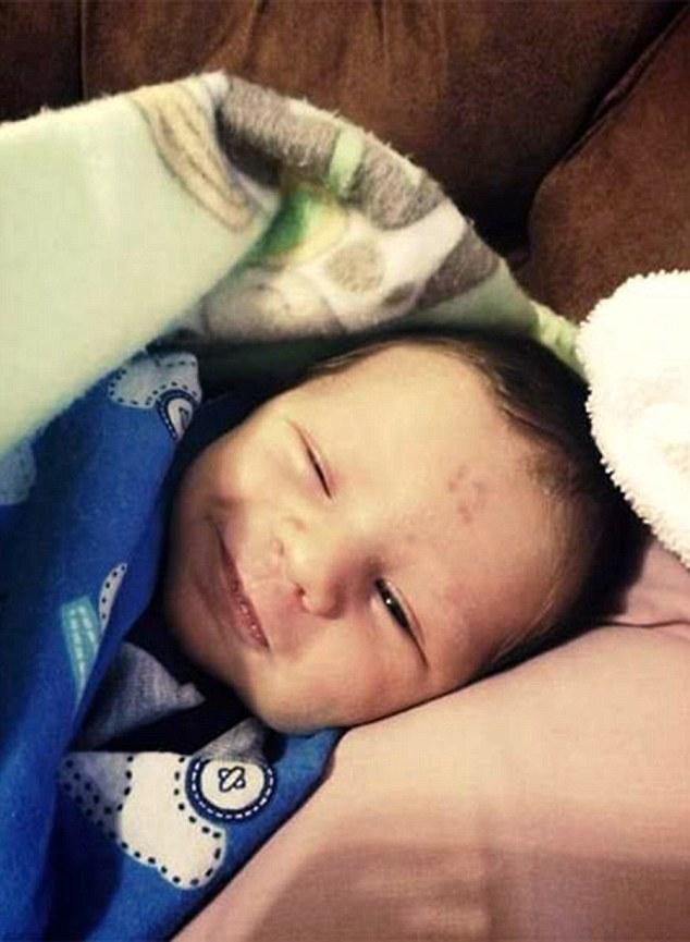 Vết bớt trên trán kỳ lạ mang số 12 của em bé Nam Phi