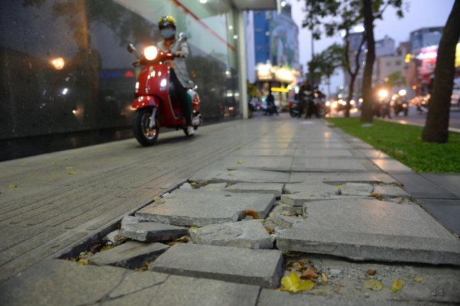 Đá granit lót trên vỉa hè đường Nam Kỳ Khởi Nghĩa, TP.HCM