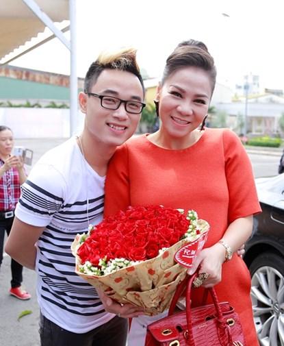 Bà bầu Thu Minh rạng rỡ đi chấm thi Việt Nam Idol