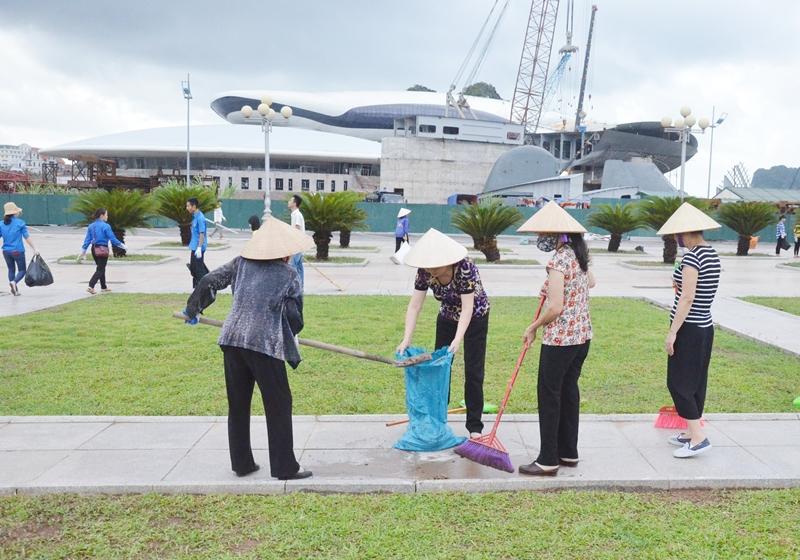 Nhân dân TP Hạ Long tham gia vệ sinh môi trường khu vực Quảng trường 30-10. Ảnh báo Quảng Ninh