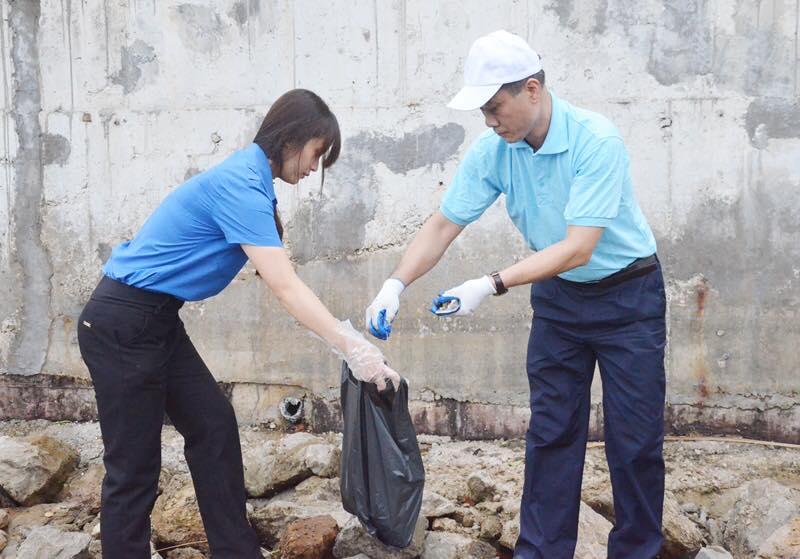 Phó Bí thư Tỉnh ủy Vũ Hồng Thanh cùng nhân dân tham gia làm sạch môi trường Hạ Long. Ảnh báo Quảng Ninh