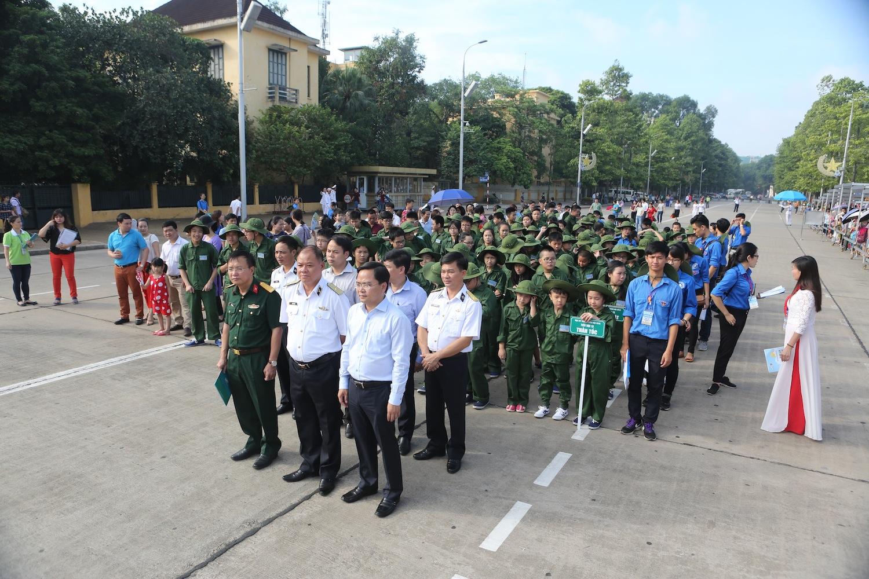 Các chiến sỹ nhí xếp hàng để chuẩn bị vào thăm lăng Bác