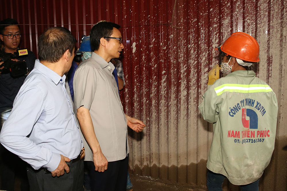 Phó Thủ tướng hỏi chuyện một công nhân về điều kiện ăn ở tại công trường xây dựng khu chung cư cao cấp Hongkong Tower