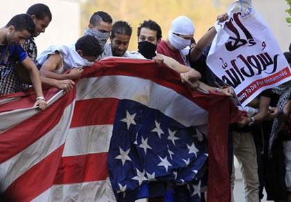 Những người biểu tình ở Cairo hạ và xé cờ bên trong sứ quán Mỹ ngày 11/9 vừa qua.