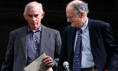 Giáo sư Christopher Sims (trái) cùng giáo sưThomas Sargent đồng nhận giải Nobel kinh tế 2012 cho 2 phát hiện khác nhau.