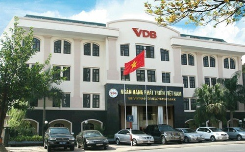 Theo Phó tổng thanh tra Chính phủ Ngô Văn Khánh, do đặc thù của VDB là chỉ có hội đồng quản lý là đại diện lãnh đạo các bộ, ngành, không có hội đồng quản trị như các ngân hàng khác nên có khá nhiều sơ hở, bất cập trong hoạt động.