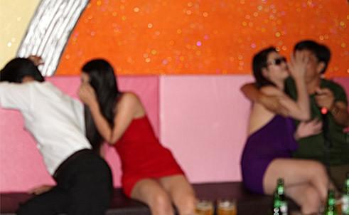 Gái bao tại quán karaoke H.P trên đường Đoàn Thị Điểm, TP Buôn Ma Thuột. Ảnh: Công an nhân dân