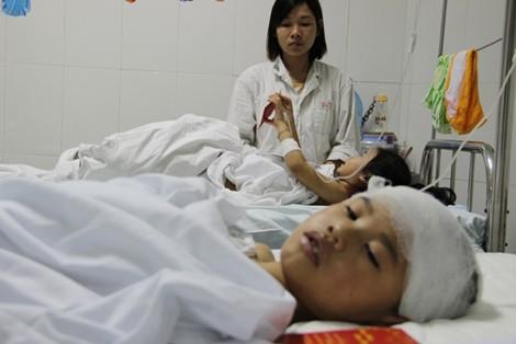 Cháu Đặng Đình Dũng - 8 tuổi ở Chương Mỹ (Hà Nội) bị mất 2 chân sau một TNGT. Mẹ và bác ruột em tử vong. Ảnh: GTVT