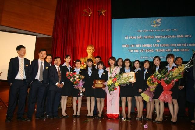 Tập thể Trung tâm Sinh học thực nghiệm tại lễ trao giải
