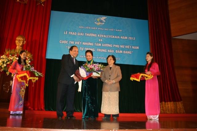 PGS.TS. Bạch Khánh Hòa nhận giải cá nhân
