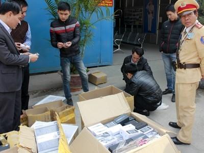 Cơ quan chức năng kiểm đếm lô linh kiện không rõ nguồn gốc trên xe của Vương Duy Thành
