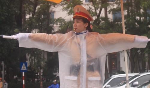 Các nữ CSGT làm nhiệm vụ không quản mưa, nắng