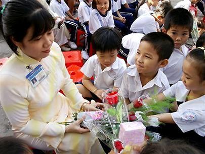 Tặng hoa cô giáo.