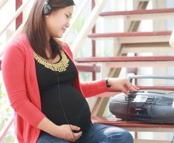 Nghe nhạc quá to ảnh hưởng đến thính giác của thai nhi từ trong bụng mẹ