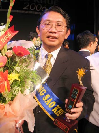Ông Phạm Văn Sáng, Giám đốc Sở KH-CN Đồng Nai nhận giải thưởng Sao Khuê 2006 cho phần mềm chữ ký điện từ. ảnh: B.D