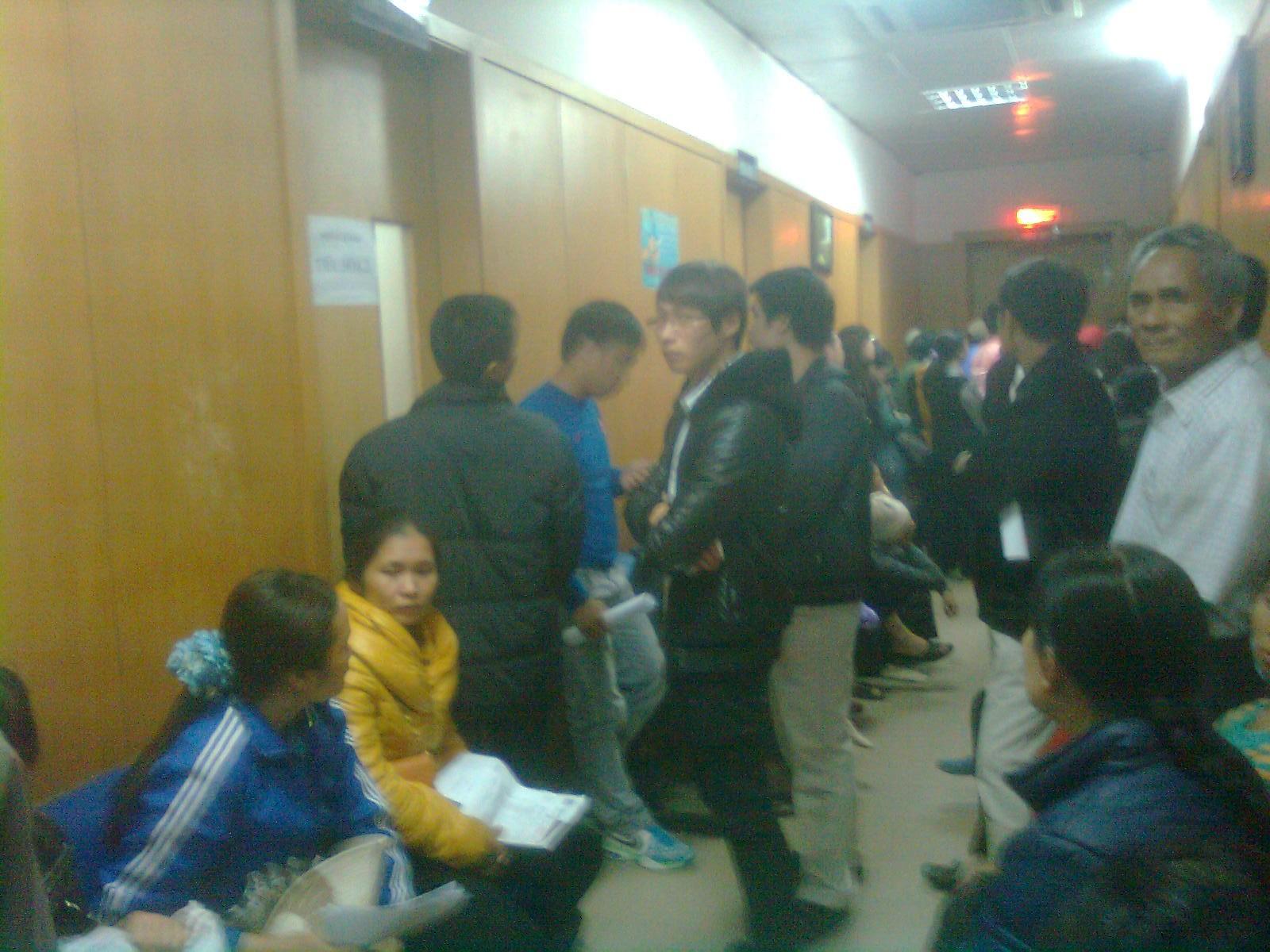 """""""Chầu trực"""" trước các phòng khám trong hành lang chật hẹp."""