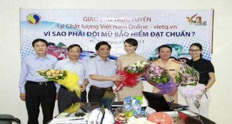 Tổng Biên tập Trần Văn Dư tặng hoa khách mời.