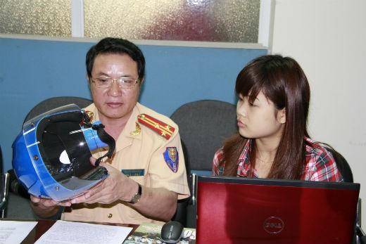 Thượng tá Nguyễn Hữu Luyện – Phó Trưởng phòng Hướng dẫn luật và điều tra, xử lý tai nạn giao thông, Cục cảnh sát giao thông đường bộ và đường sắt, Bộ Công an đang giao lưu cùng độc giả