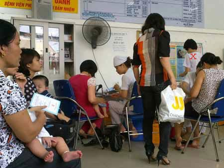 Người dân xếp hàng đợi tiêm chủng tại TTYTDP Hà Nội