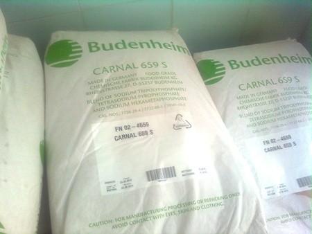 Các bao tải chứa hóa chất phụ gia được bày bán.