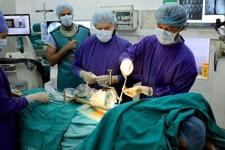 Lần đầu tiên dùng robot định vị trong phẫu thuật cột sống tại bệnh viện Việt Đức