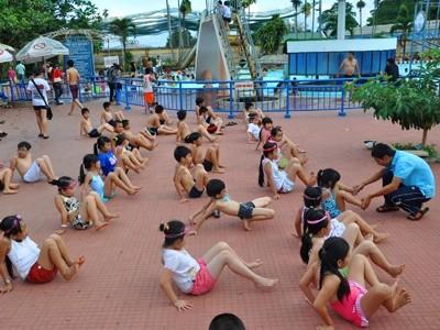 Các lớp dạy bơi tại NVH TTN luôn đông đúc .