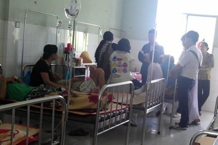 Nhiều bệnh nhân ngộ độc do ăn bánh mì đang điều trị tại Bệnh viện Đa khoa Nguyễn Đình Chiểu trưa 25.5.