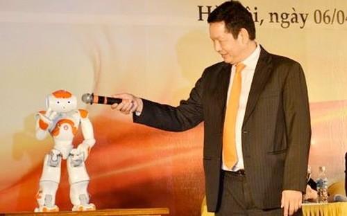 Ông Trương Gia Bình và chú robot smartoshin tại đại hội cổ đông FPT vừa qua