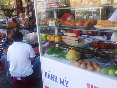 Phần lớn vụ ngộ độc tập thể gần đây ở Đà Nẵng do thức ăn đường phố, bánh mì.              ẢNH: NGUYỄN HUY
