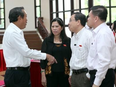 Các đại biểu trao đổi bên hành lang Quốc hội. Ảnh: Hồng Vĩnh
