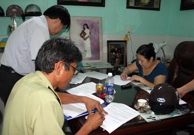 Đại diện Công ty Duyên Lành (người phụ nữ - áo xanh) ký vào biên bản vi phạm.