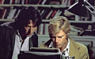 Hai diễn viên Robert Redford (bên phải) và Dustin Hoffman (bên trái) vào vai hai phóng viên của tờ Washington Post trong bộ phim Người của Tổng Thống.