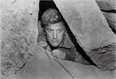 Cảnh trong phim Người đàn ông kẹt dưới hầm.