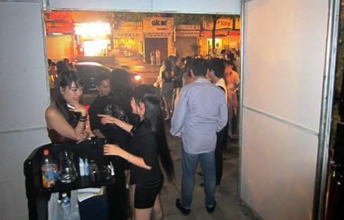Rời khỏi quán bar. Ảnh: Nguyễn Oanh