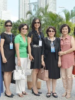 doanh nhân Bùi Tú Ngọc (giữa) cùng bà Nguyễn Thị Tuyết Minh (thứ 2 bên phải) - Chủ tịch Hội đồng doanh nhân nữ