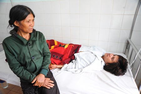 Rơ Mah Hyp được cấp cứu tại bệnh viện.