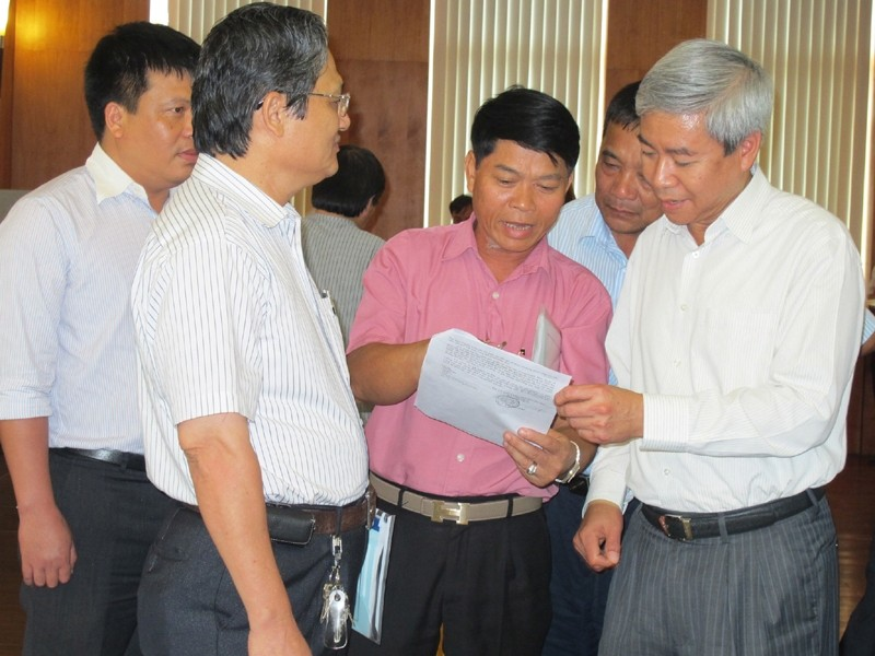 Chủ tịch UBND TP Hải Phòng Dương Anh Điền (bên phải) lắng nghe chủ DN. Ảnh: Phạm Duẩn