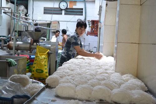 Cơ sở sản xuất bún ở Q.8 của bà Hoa đã bị đình chỉ hoạt động - Ảnh: Công Nguyên