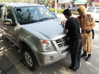 Với hành vi không chấp hành chỉ dẫn biển báo, lái xe biển số xanh 29A-00153 đã phải ký vào biên bản vi phạm. Ảnh: Trọng Đảng