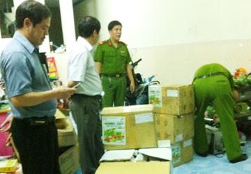 Công an đang thu giữ nhiều bao bì tại nhà ông Trần Văn Ơn (ảnh trái) và thuốc trừ sâu tại đại lý Trần Văn Thuyền (ảnh phải).