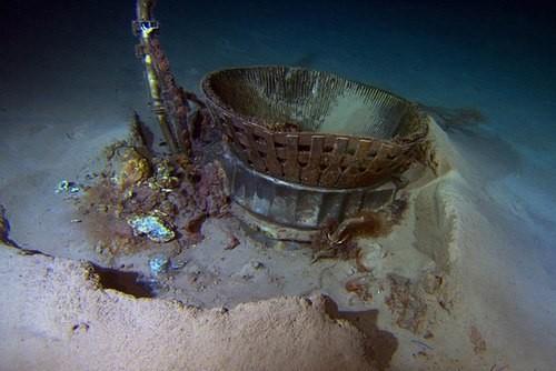 Phần động cơ đẩy khi nằm dưới Đại Tây Dương.