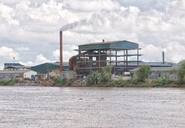 Cơ sở sản xuất hóa chất chui của Công ty 1369 nằm trên địa bàn thôn Trại Chuối (xã Phạm Mệnh, Kinh Môn, Hải Dương) vẫn xả khói vào ngày 12-7 mặc dù trước đó, ngày 20-5, UBND huyện Kinh Môn đã ra thông báo đình chỉ hoạt động của cơ sở này. Ảnh: Trọng Phú