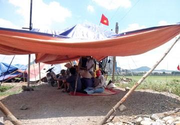 Người dân thôn Châu Xá (xã Duy Tân) dựng lều chặn nhà máy proniken của Công ty Trường Khánh. Ảnh: Trọng Phú