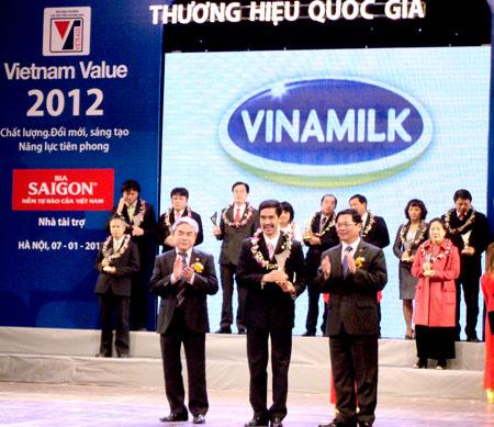 Bộ trưởng Bộ Khoa học và công nghệ Nguyễn Quân, Bộ trưởng Bộ Công Thương Vũ Huy Hoàng trao danh hiệu Thương hiệu quốc gia năm 2012 cho đại diện Vinamilk. Ảnh: Q. T