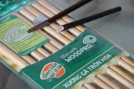 Đặc biệt khi bẻ đũa ra sẽ thấy sự khác biệt rõ ràng. Đũa gỗ tự nhiên Woodpro có màu sắc bên trong và bên ngoài giống nhau, còn đũa sơn thì khác nhau