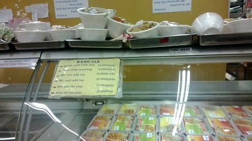 Gian hàng bán các loại bún, bánh ướt, đồ chế biến sẵn của siêu thị Co.op mart vắng khách mua trưa  23/7.