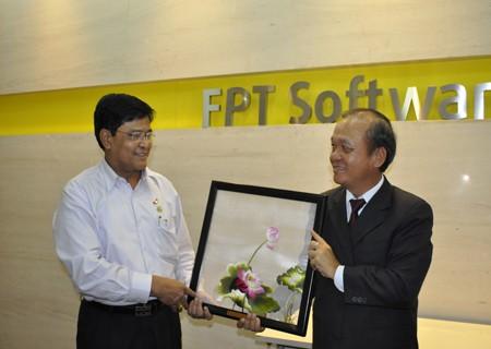 Phó Tổng thống Myanmar Nyan Tun(áo trắng) trong chuyến thăm và làm việc tại FPT Software
