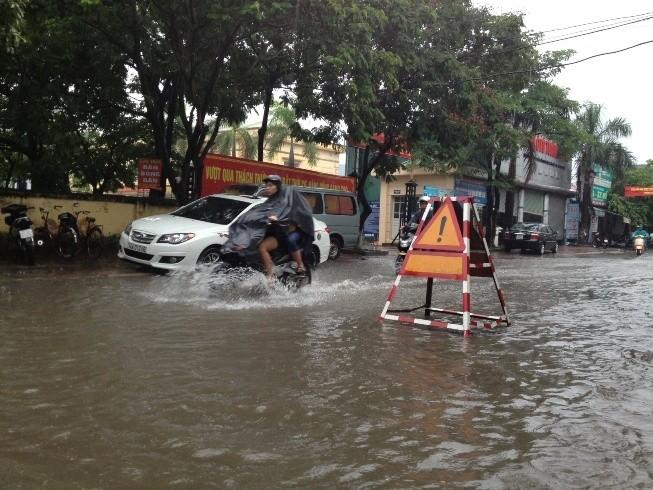 Đường phố thành sông. Ảnh: Nguyễn Tú